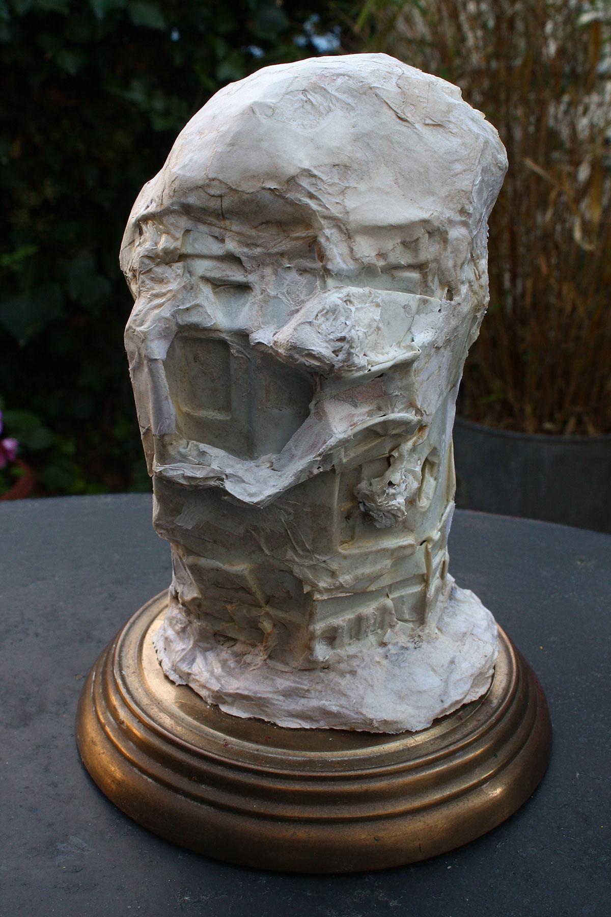 Crâne recomposé, 2010, matériaux divers, modelage, 18 x 8 x 8 cm.
